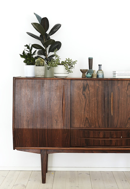 aparador o comoda retro vintage años 50 de lineas rectas y diseño escandinavo