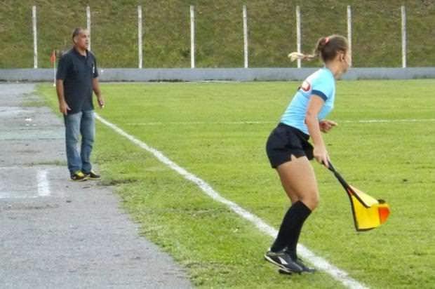 """Maira Americano Labes: A fiscal de linha mais """"gostosa"""" do futebol"""