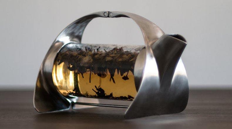 Fascinante tetera con cámara de vidrio prepara el tea delante de tus ojos