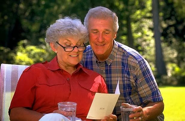пожилая пара за столом читают