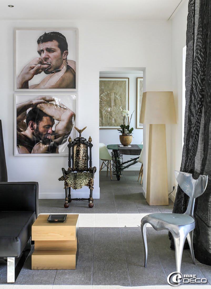 Oeuvres intitulées 'Portraits des condamnés' (Retratos condenados) de Germán Gómez Gonzales, chaise créée à partir de cornes et peaux de félins par Michel Haillard, rideaux réalisés à partir de filet d'ombrage de serre agricole détourné, sur une idée d'Annick Lestrohan, propriétaire de la maison d'hôtes 'Casa Honoré' à Marseille