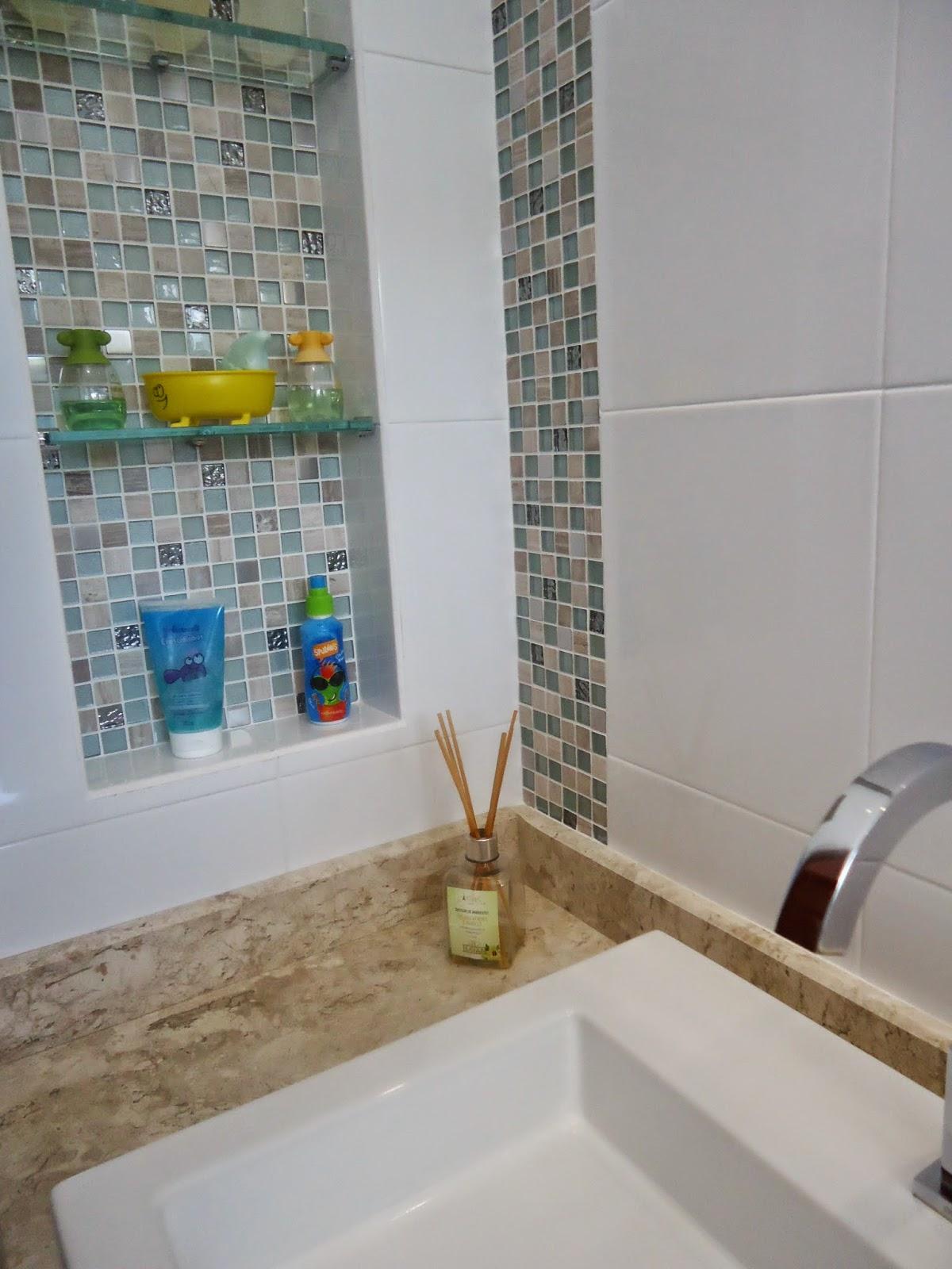 Nichos e pastilhas de vidro em banheiro infantil Arquiteta Bianca  #684D30 1200 1600