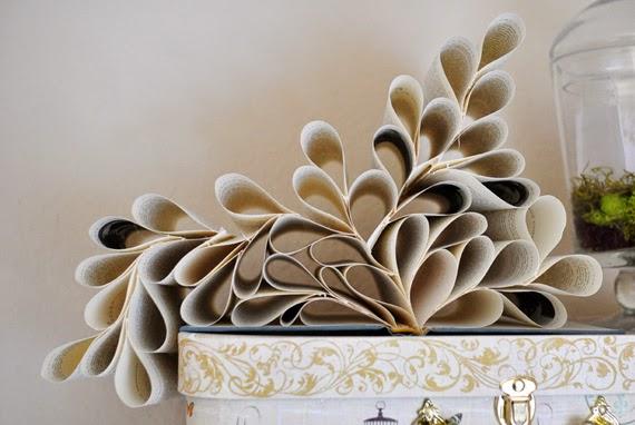Il vous faut simplement un livre et de la colle pour confectionner cet élément de décoration assez sympathique