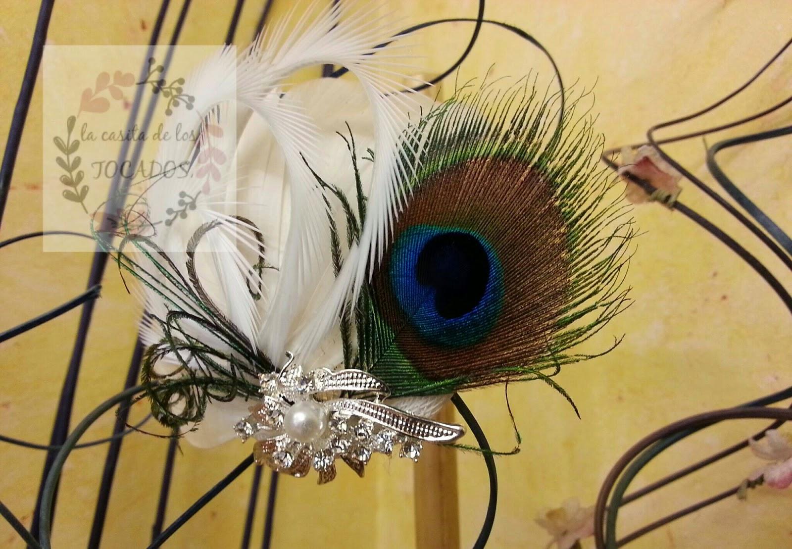 tocado para novia con varios tipos de plumas