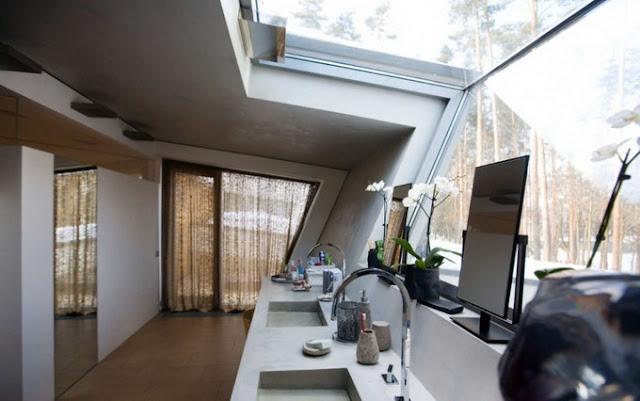 Ванная комната в угловатом доме