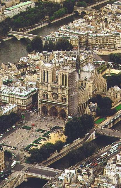 Notre Dame de Paris, vista aérea. A restauração ainda continua