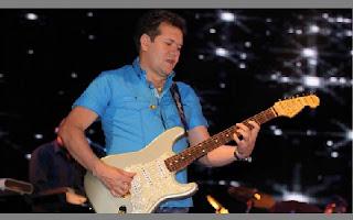 Chimbinha em um show do Calypso que rolou neste fim de semana, em Minas Gerais, o músico galanteador mostrou com gestos a uma fã da plateia que já não usa mais aliança.