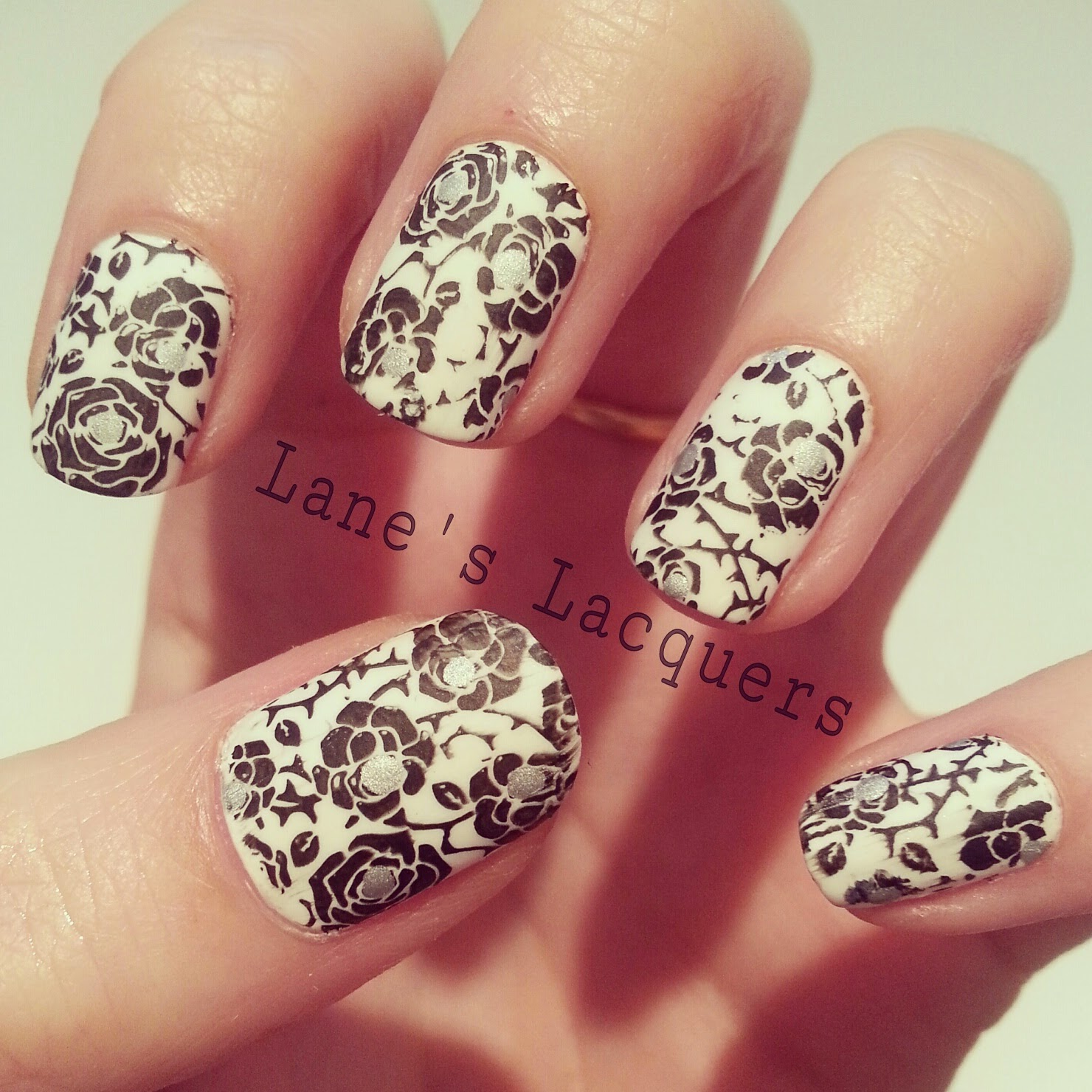 quiz-dress-nail-art-competition-black-and-white-matte-roses-manicure