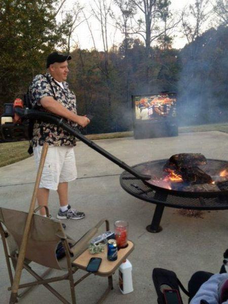 Homem fazendo churrasco no quintal