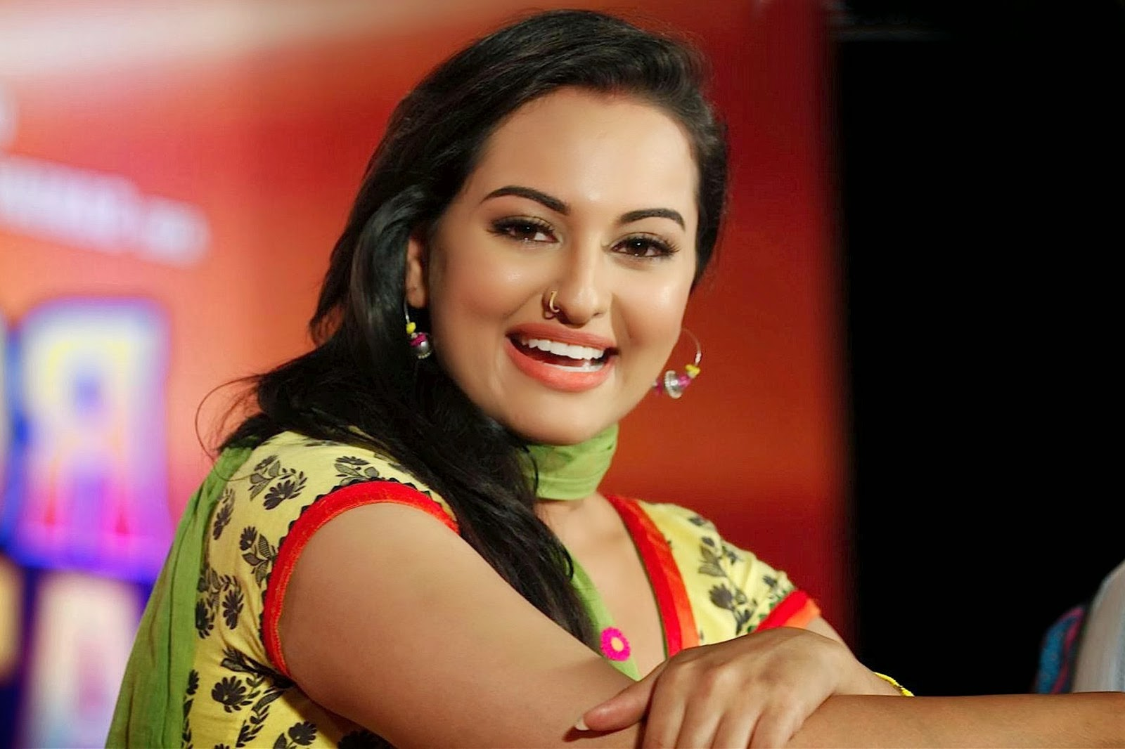 sonakshi sinha bollywood actress hot smiling latest wallpapers photo
