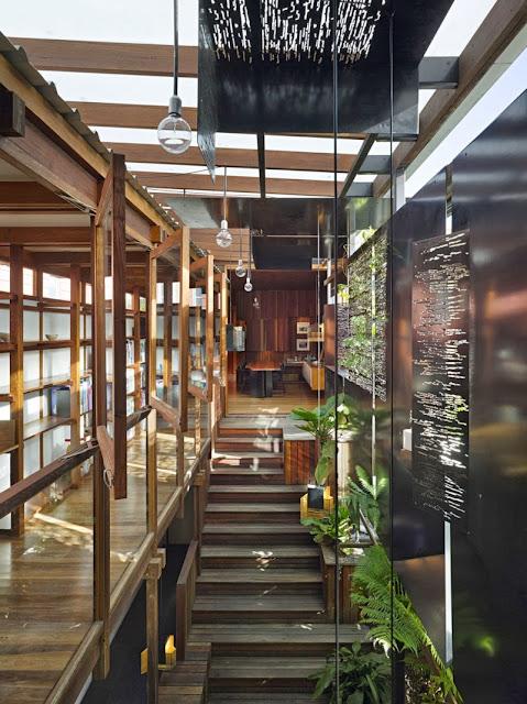 Rumah Teduh Dengan Material Kayu Dan Tanaman Hijau 5