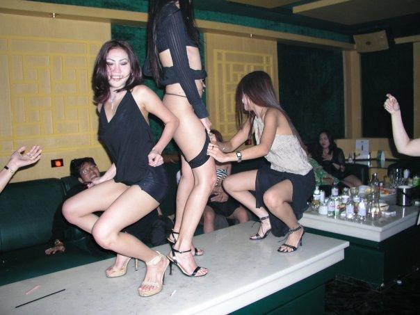 Foto Cewek Penari Striptis Hampir Bugil