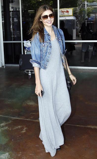 Street style Miranda Kerr, naxi-vestido, casaco de ganga e botins