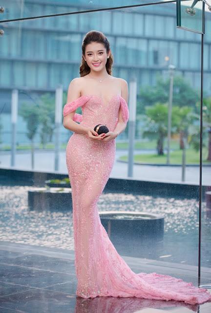 Á hậu Huyền My trở thành tâm điểm chú ý tại một bữa tiệc ở Hà Nội khi diện thiết kế đuôi cá lộng lẫy của Lê Thanh Hòa.