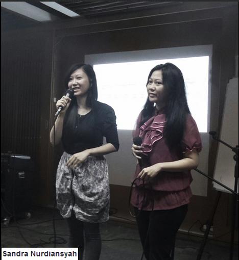 Eva (kanan) tengah menuturkan perjalanan komunitas kembar: Twivers yang berpusat di Bandung.