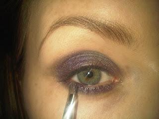 applying purple eyeshawdow under eyelids