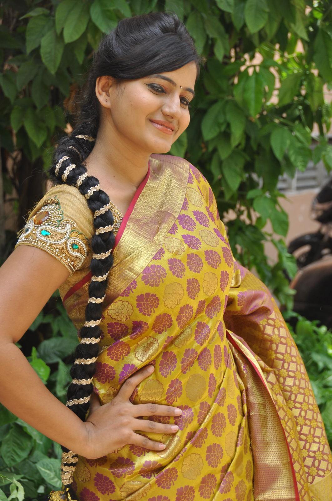 Model swathi latest photos at trendz exhibition