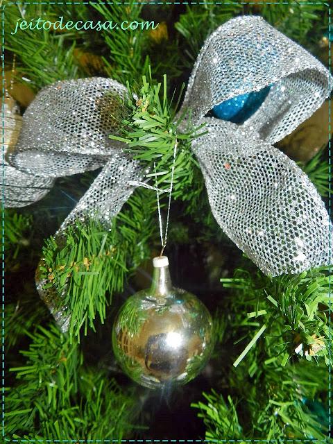bola de vidro antiga e laço decorativo