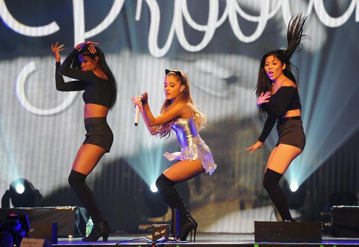 De vestido prateado curtinho e orelhas de gatinha, a cantora subiu ao palco e levou a plateia ao delírio durante sua apresentação