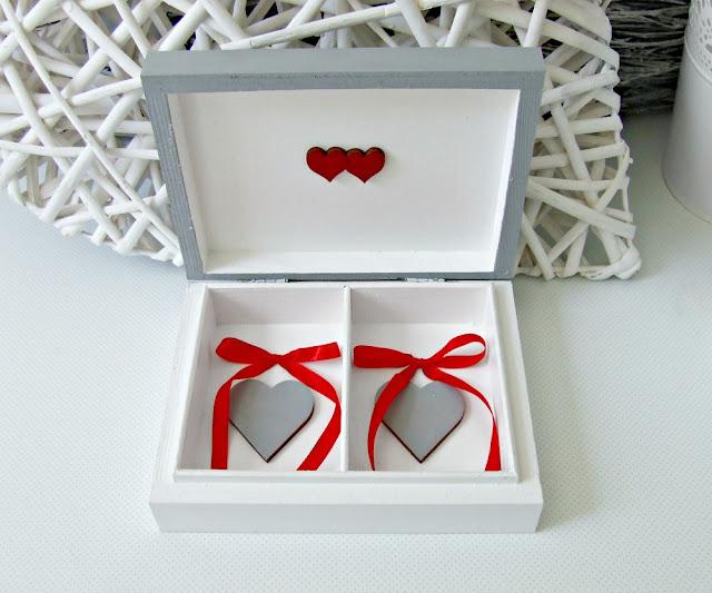 pudełko skrzyneczka na obrączki w szarym i białym kolorze z motywem wieszaczków. Ślubne pudełeczko wedding box by Eco Manufaktura.