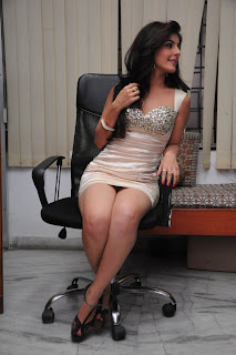 Actress Isha Talwar Expose Milky Thigh in Fashion Dress