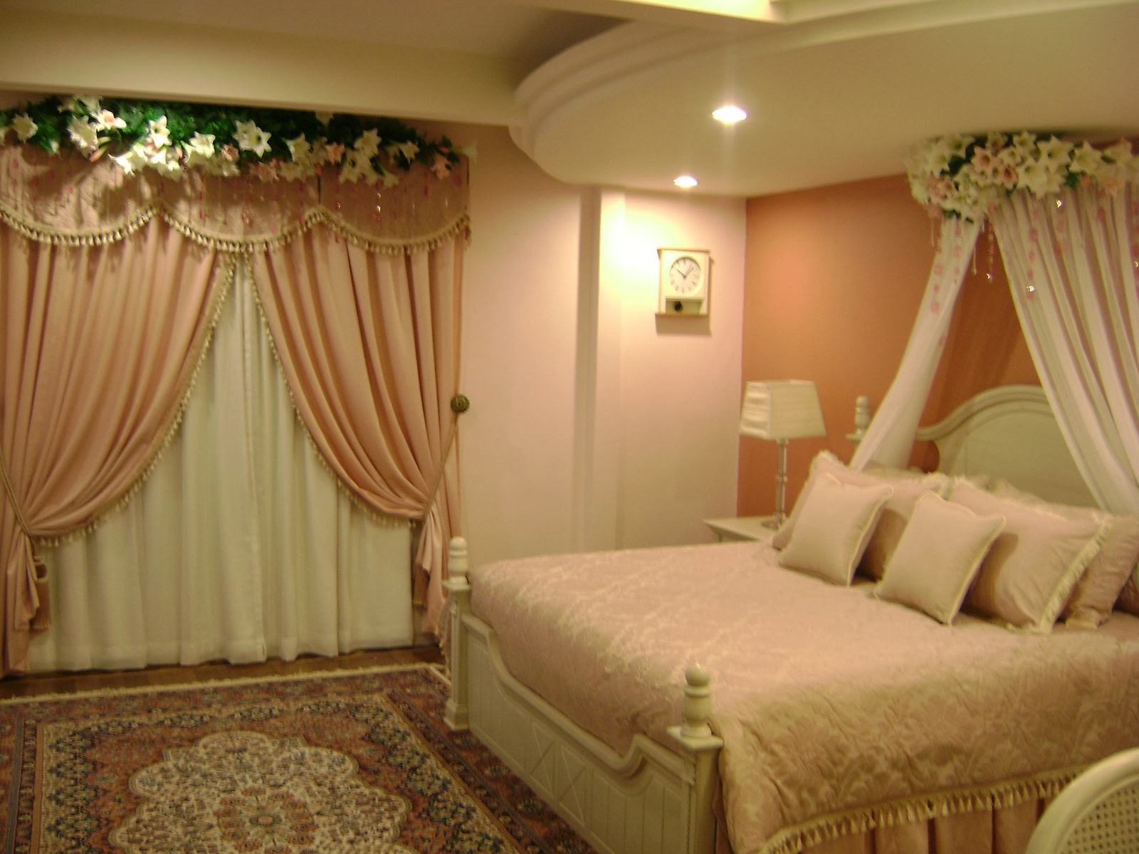 Michelle clunie how will decorate to bedroom for groom for Bedroom designs normal