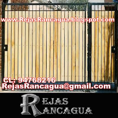 porton automatico corredera con listones de madera y puerta lateral