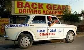 يقود سيارته للخلف بسرعة 80 كيلومتر في الساعة