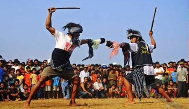 Tradisi Ujungan di Purbalingga dan Banjarnegara
