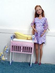 ... gambar patung barbie yang melahirkan anak haha memang giler la patung