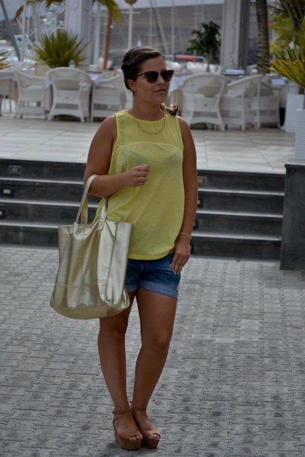 camiseta_amarilla_pull_and_bear_rayban_complementos_dorados_cuñas_cómodas_Blanco_nudelolablog_01