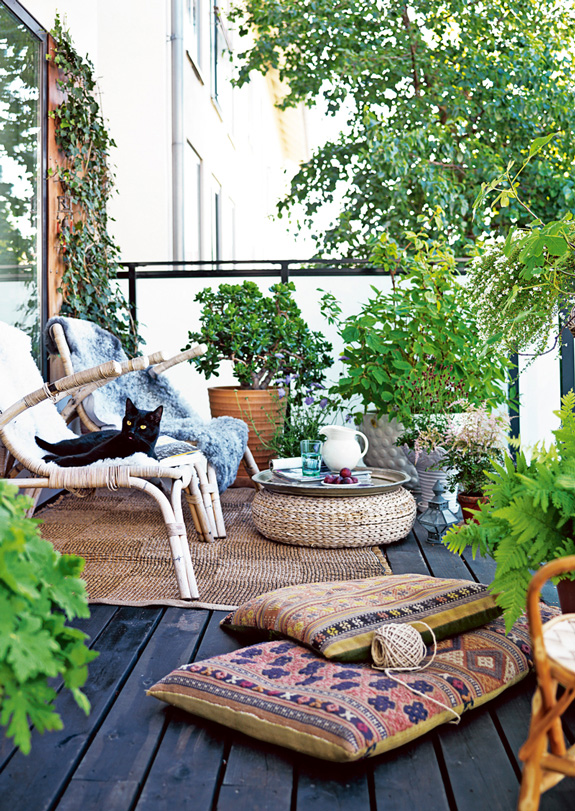 Belle maison cozy outdoor living for small spaces for Decorating small patio spaces