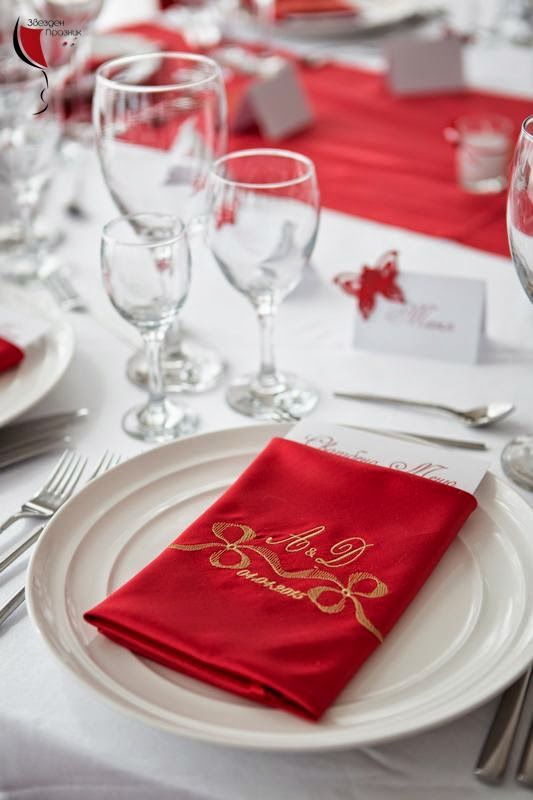ръчно избродирано подаръче с инициалите на младоженците, за гостите на сватбата