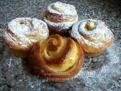 Vaníliás csigák recept, kelt tésztás sütemény, vanília krémmel, porcukorral megszórva.
