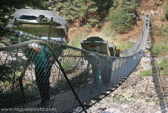 Sherpas-cruzando-puentes