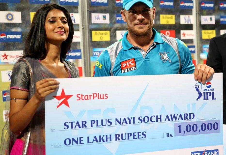 Aaron-Finch-nayi-soch-award-MI-vs-PWI-IPL-2013