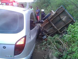 Carro bate em reboque de motocicleta na BR-104 BR 104 entre Nova Floresta e Cuité