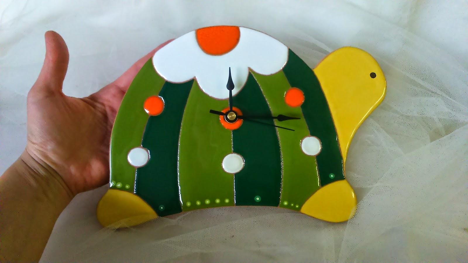 Ceramica come mestiere: orologi a forma di tartaruga gatto e