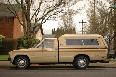 1980-Toyota-Hilux-5-Speed-Diesel-Glasstite-Camper-Top.