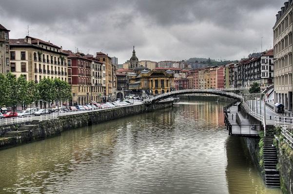 Bilbao ou Bilbo en basque, est une ville du nord de l'Espagne d'environ 350 000 habitants