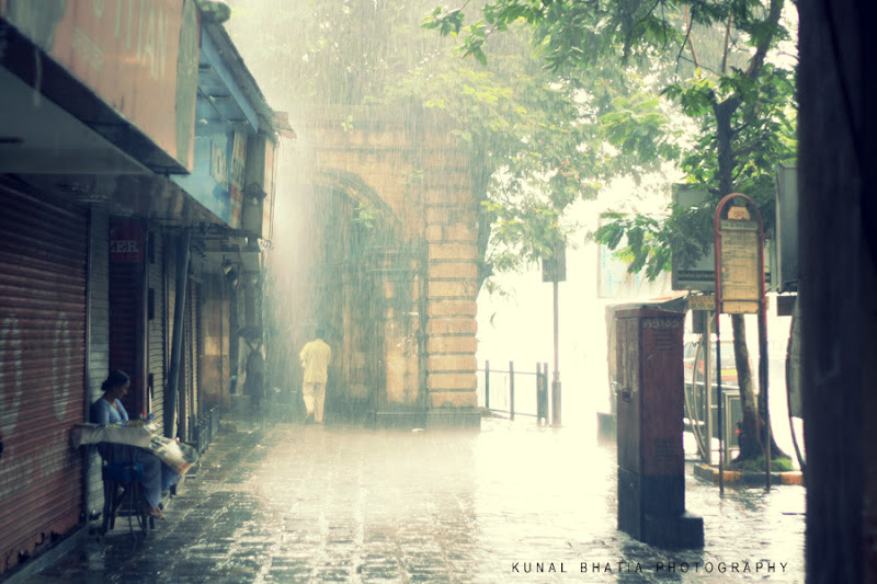 mumabi monsoons falling water downpour on DN road arcade by kunal bhatia urban photographer