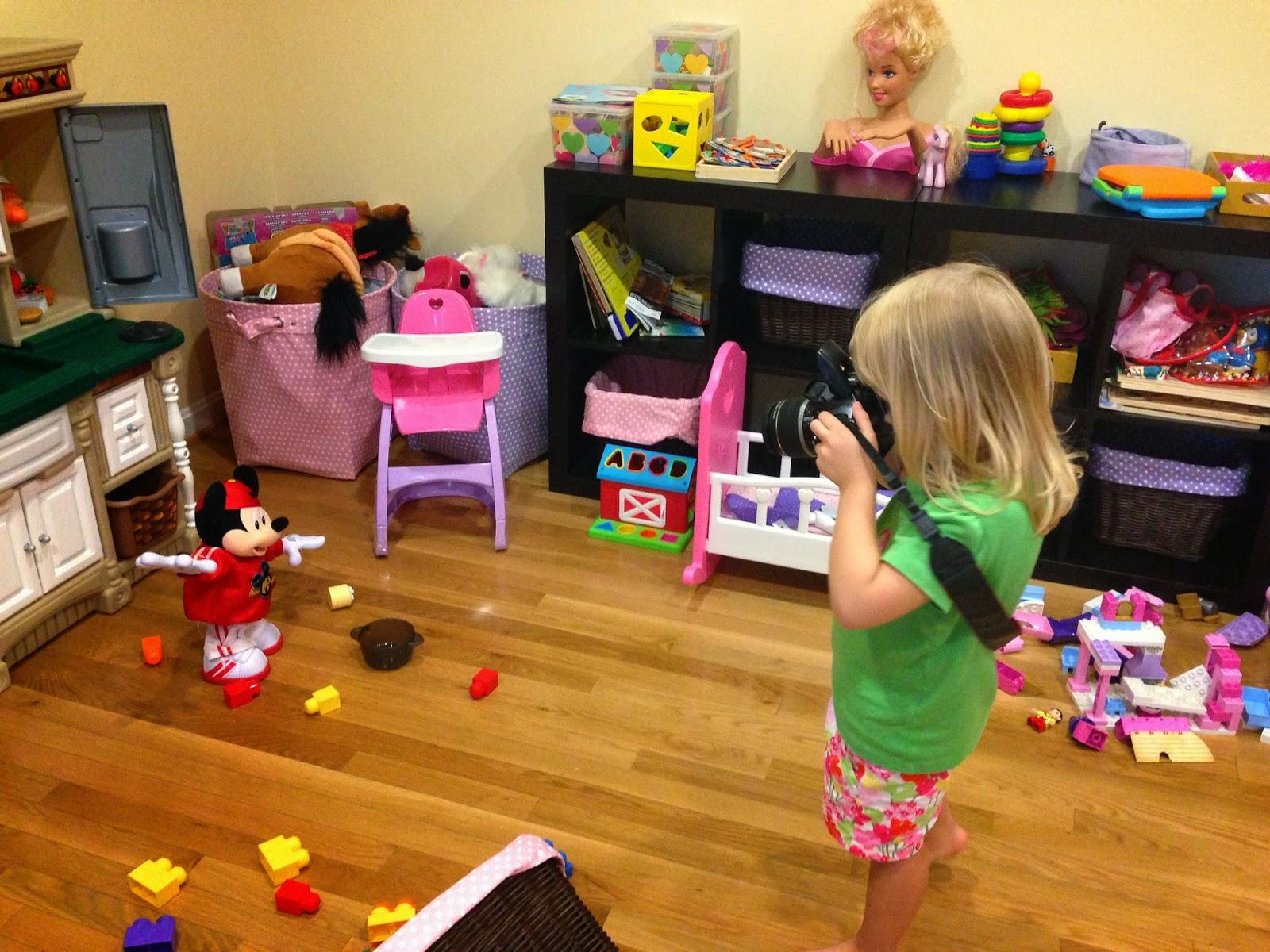 Красивая девушка развлекается со своей любимой игрушкой фото 128-717