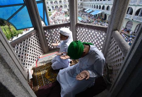Shalat Id di masjid Kashmiri