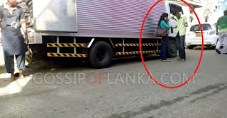 Gossip Lanka, Hiru Gossip, Lanka C News - Girl And Boy Fighting On Road In Kurunegala
