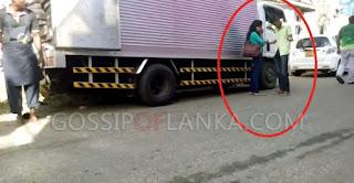Gossip Lanka, Hiru Gossip, Lanka C News - Girl And Boy Fighting On Road In Kurunegala