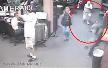 hombre disparando a los ladrones del cibercafé