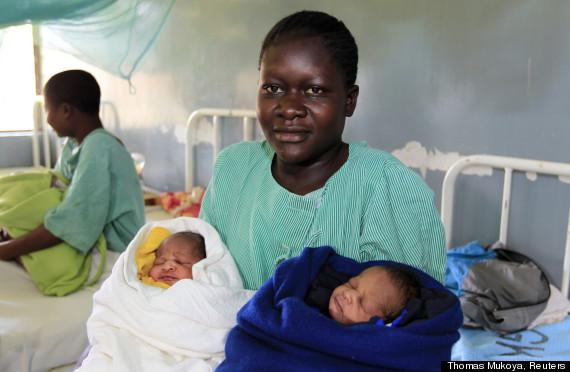 Milicent Owour, 20, bersama bayi kembarnya, Barack Obama (kiri) dan Mitt Romney (kanan).
