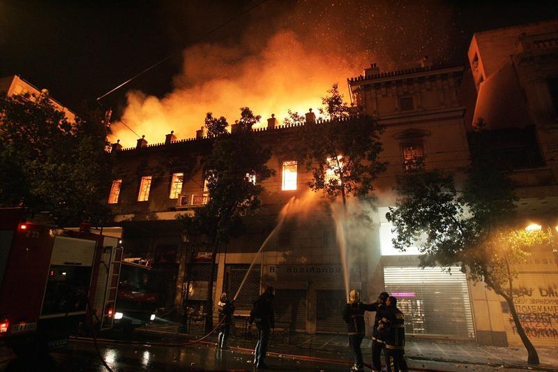Atenas protestos cine Attikon (216K)
