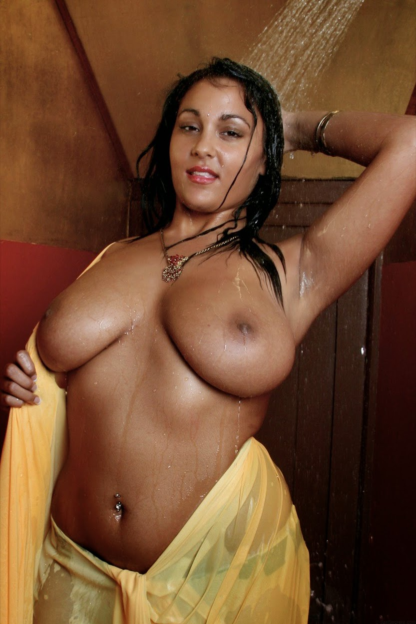 arab wife poses nude