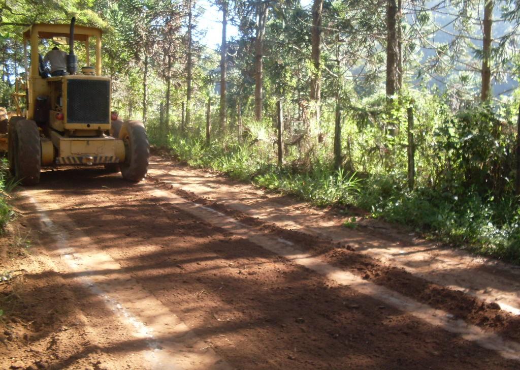 Nivelamento de pista na Estrada Jardim Casa Blanca, em Pessegueiros